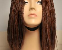 Lange pruik bruin haar met vlecht