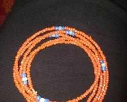 Oranje armband met blauwe details